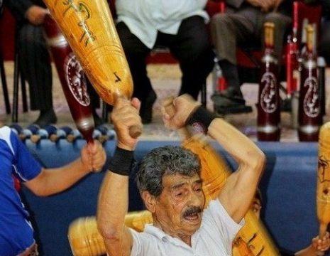 ورزش باستانی توسط پهلوان ذاکر ۱۰۵ساله در زورخانه شهدای انارکی محمدی شهرستان انار ...